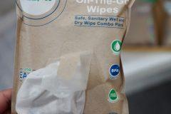 On The Go Wipes - z jednej stormy mamy dostęp do chusteczek wilgotnych a z drugiej do suchych