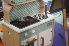 Kuchnia i pralnia w jednym mebelku, w dodatku pięknie wystylizowanym na lata 50-te - oczywiście to Janod!