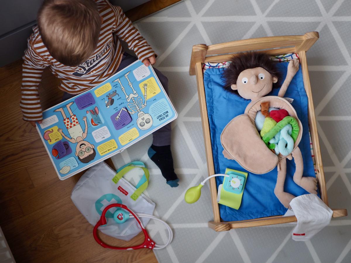 dziecko boi się lekarza dentysty zabawki zestaw lekarz fisher price erwin sigikid