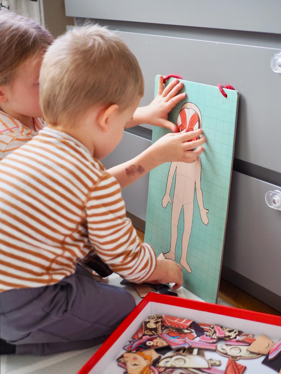 dziecko boi się lekarza dentysty zabawki układanka magnetyczna janod ciało człowieka