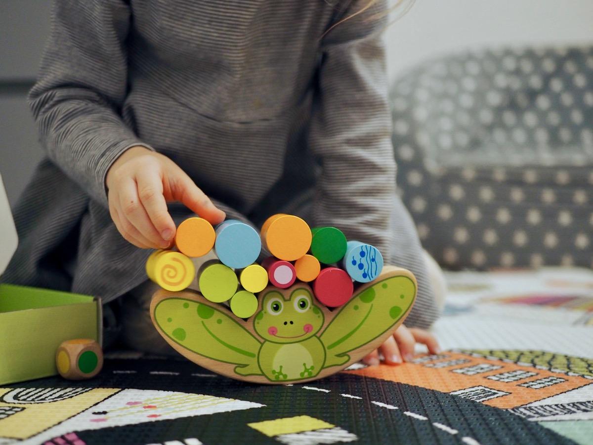 drewniane zabawki joueco gra balansująca żaba