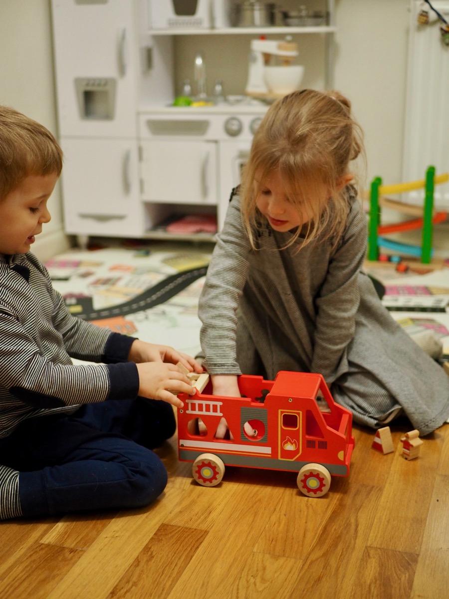 drewniane zabawki joueco wóz strażacki straż pożarna