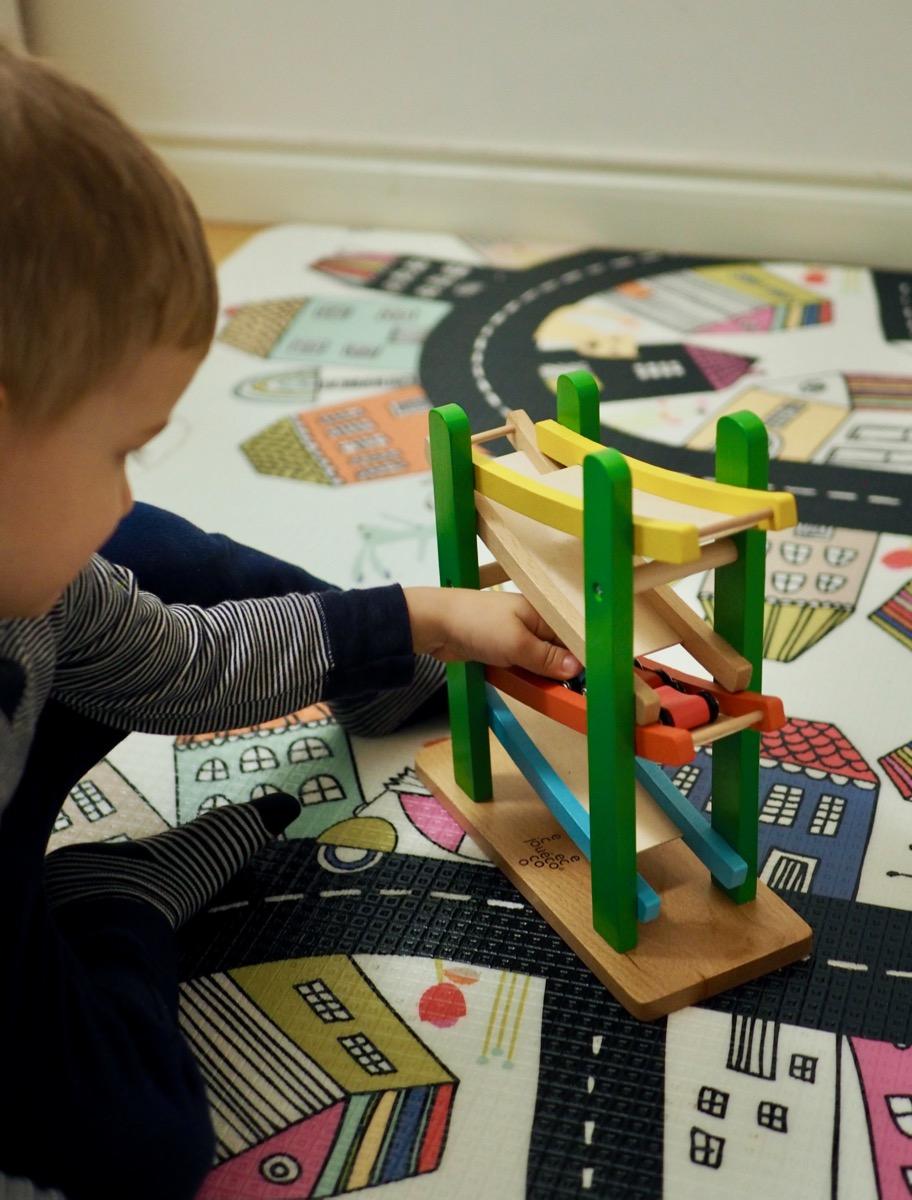 drewniane zabawki joueco rampa auta